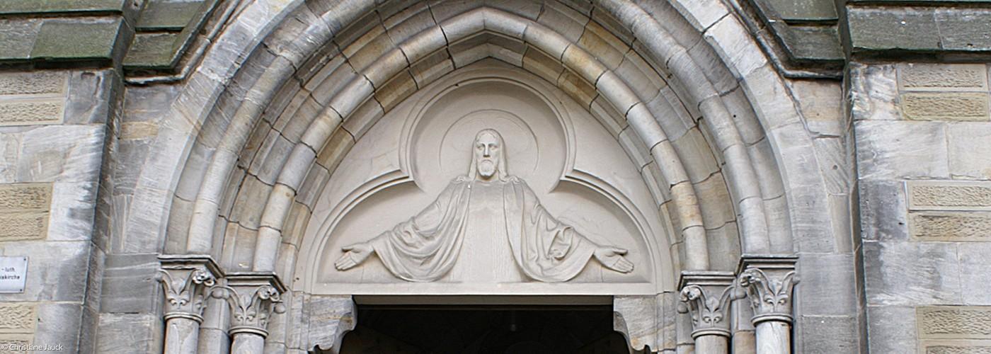 Reliefdarstellung des in die Kirche ladenden Christus (Quelle: Christiane Jauck)